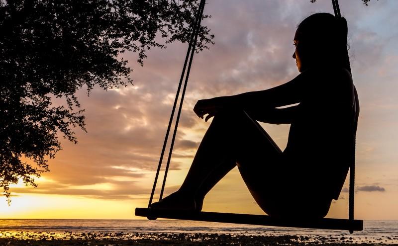 Mujer sentada en un columpio